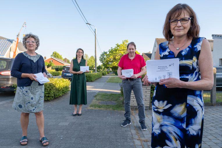 Vera Ilegems, Els Verboom, Marc Amelinckx en Noela Verhofstadt van de actiegroep tegen windmolens nabij de Pullaarsteenweg in Ruisbroek