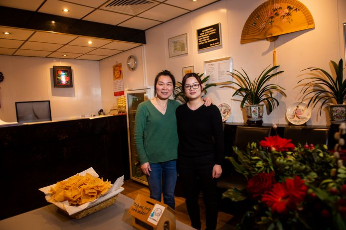 Bij de eigenaresse van afhaalchinees Jing Sheng (l) is de lach gelukkig niet van het gezicht verdwenen.