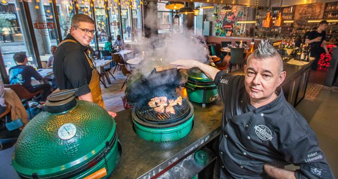 Chef Robert (rechts) en maître Maarten bij de Big Green Eggs. Hier draait het helemaal om vlees.