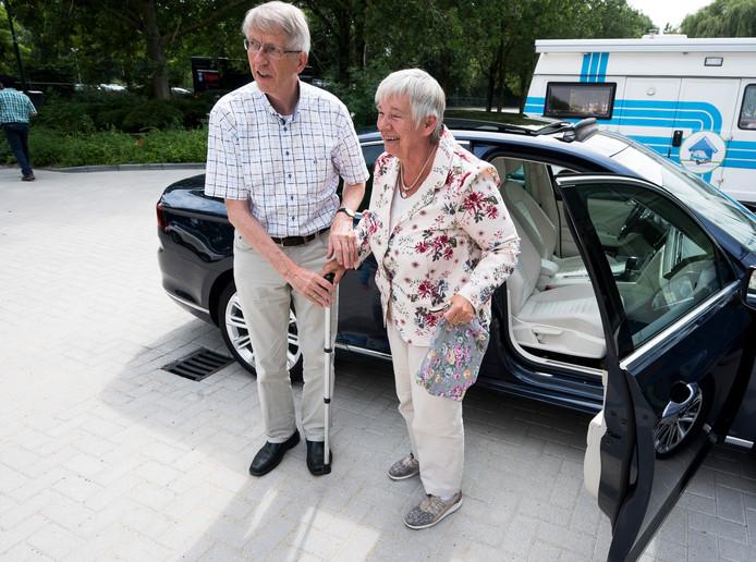 Chauffeur Wim den Hertog en Alice van der Vlis. Automaatje haalde tot nu toe de 20 duizend ritten in Woerden