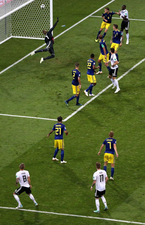 Toni Kroos krult een vrije trap in de kruising en beslist de wedstrijd tegen Zweden. Beeld Getty Images