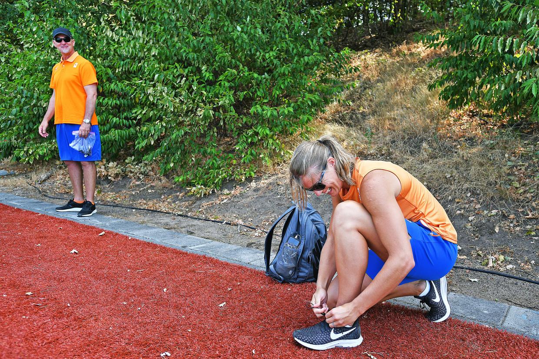 De sfeer is ontspannen op Papendal. Schippers lacht veel, coach Reider maakt steeds contact.