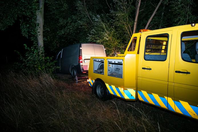 Het busje dat vermoedelijk is gebruikt door de inbreker is afgesleept.