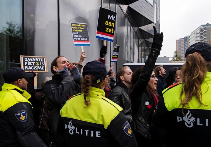 Tientallen arrestanten werden vorig jaar november afgevoerd door de politie na een demonstratie tegen Zwarte Piet bij de intocht in Rotterdam.