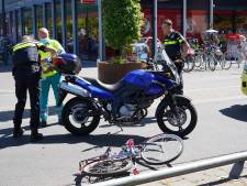 Motorrijder schept meisje op fiets in Breda