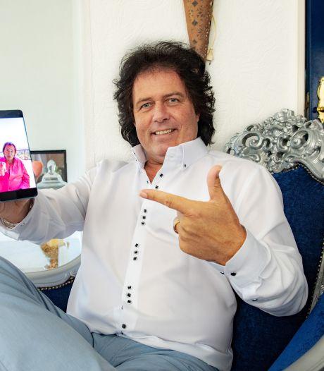 Zanger René uit Nijmegen hoopt op doorbraak via realityshow: 'Een enkeling zegt vast: 'wat moet die gozer met zijn geföhnde haartjes?'