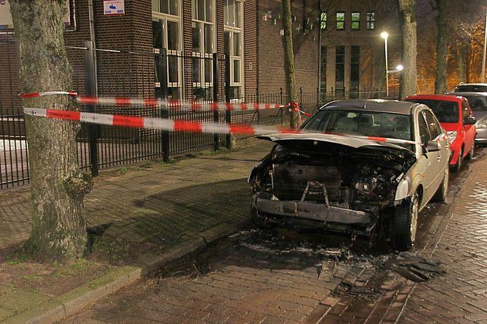 Een auto aan de Tabakswal in Deventer brandde uit.