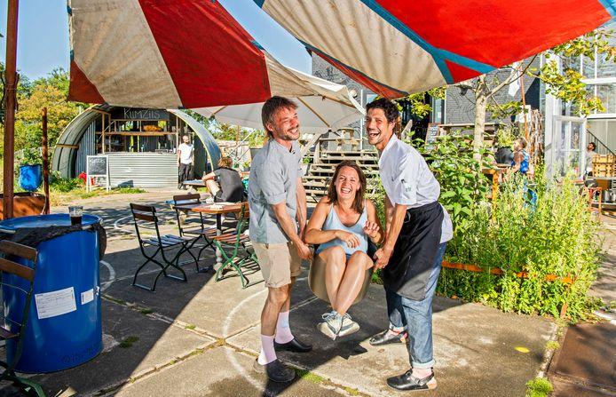 Restaurant Kumzits met (v.l.n.r )Laurence van Bergeijk, Sophia den Hartog en kok Itzik Vanunu. Gedrieën hebben ze bij Weelde stiekem de ultieme zomer-eetidylle neergezet.