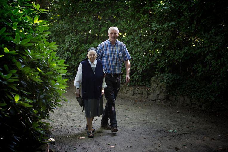 Rudi Van Landschoot bracht onder andere Zuster Gerarda (92) terug naar de grotten van Kleit.