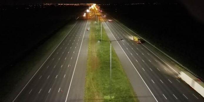Op de A2 is goed te zien hoe helder de ledverlichting is vergeleken met de natriumlampen op het deel dat nog niet is vervangen.
