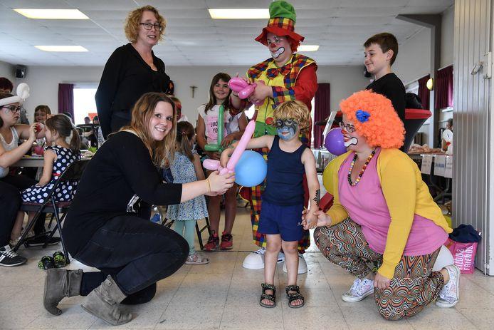Een clown maakte op de benefiet ballonnen voor de kleinsten.