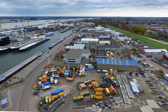 Het bedrijventerrein op de voorgrond moet, als alles goed gaat, plaatsmaken voor een insteekhaven die verlichting brengt in het nijpend gebrek aan ligplaatsen in de Werkendamse havens.