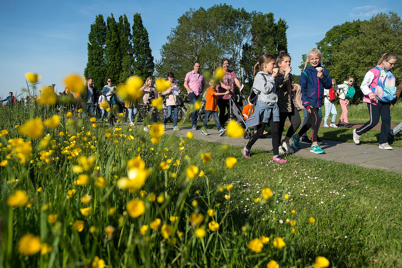 Vanaf kinderboerderij Parkhoeve in Breda-Noord gaat de grote groep lopers de vijf kilometer afleggen. Helaas dit keer zonder de ezeltjes Yamas en Kelly, die liepen op maandag met de stoet mee.