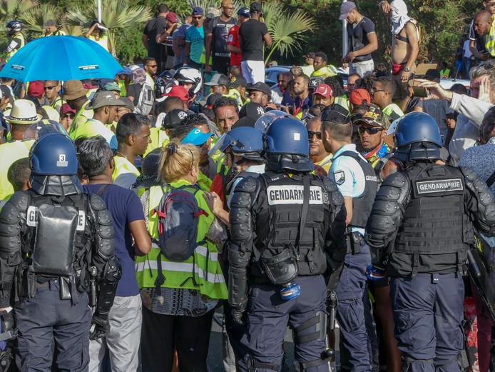 Politie in gesprek met Gilets jaunes-demonstranten in Sainte Marie op het eiland La Réunion.