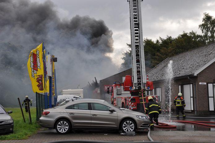 De loods van Matoje Cars brandt hevig. Het huis vooraan blijft gespaard.