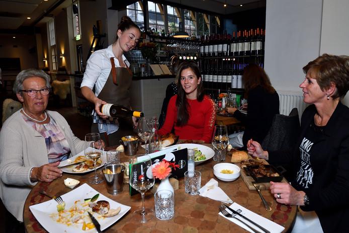 Het monumentale karakter van het restaurant is vooral boven de bar goed te zien.