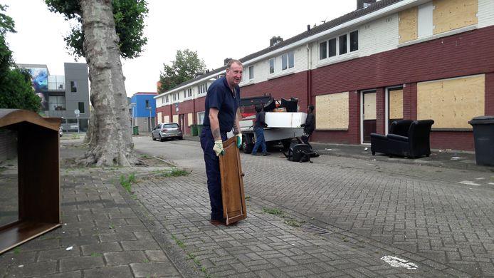 Ergon-medewerker Peter van Hal en zijn twee collega's halen een gedumpte kast, stoelen en een koelkast op uit de Celsiusstraat in Woensel-West.