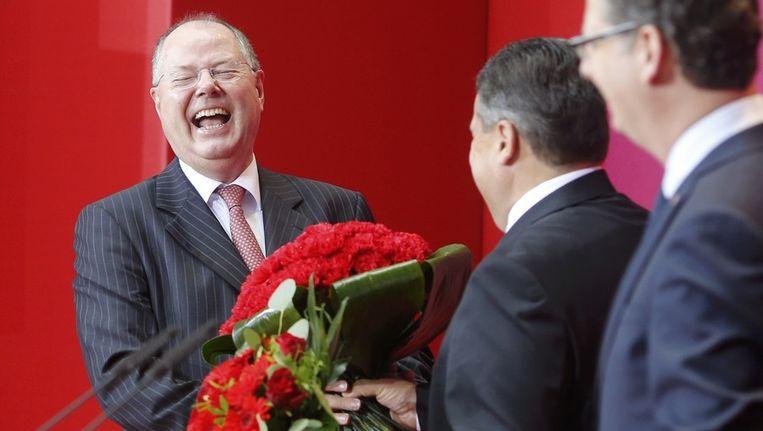 Peer Steinbruck ontvangt bloemen na de bescheiden verkiezingszege van de SPD Beeld reuters