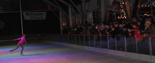 Publiek geniet van de kür bij de opeining van Veghel on Ice, met onder meer Roza de Bont van Figure Skating Acedemy The Nederlands.