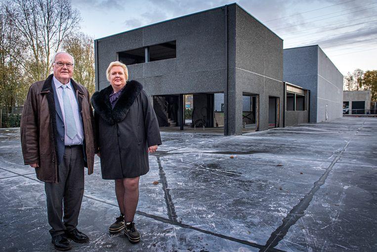 Geert en Sofie Verstraete bij hun nieuwbouw op de Regina Wautersweg.