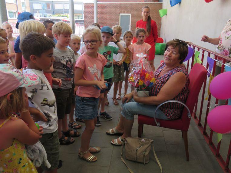 De kinderen knutselden onder andere een boeket tulpen voor juf Linda.