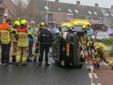 Vrouw belandt met auto op z'n kant en raakt gewond