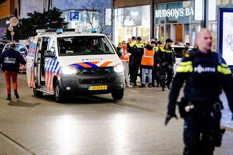 Politie in de Grote Marktstraat in Den Haag, waar de steekpartij plaatsvond.