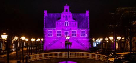 Oude Raadhuis in Oud-Beijerland straalt in het donker: 'Kunnen wel wat kleur gebruiken in deze tijd'