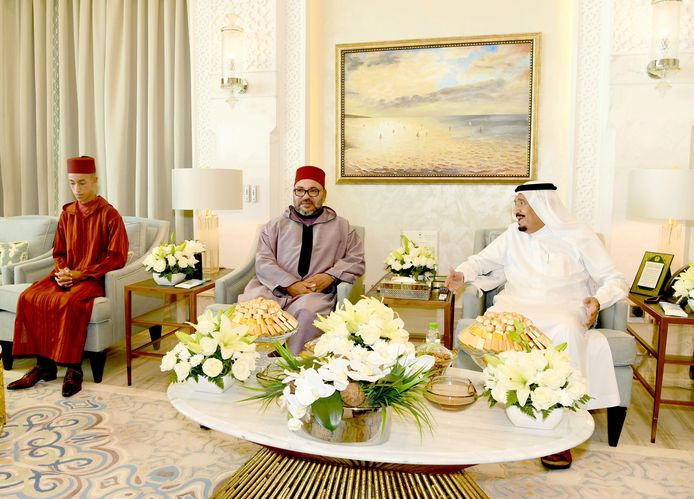Koning Salman wordt in zijn verblijf in Tanger bezocht door koning Mohammed VI en kroonprins Moulay Hassan van Marokko.