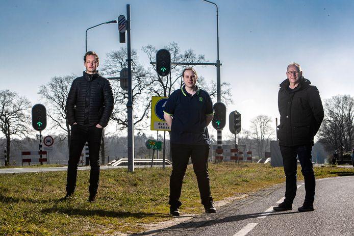 Alfons Schotman (rechts) weet zeker dat de flitspaal waar zijn chauffeurs meerdere keren zijn geflitst 'op hol is geslagen' en krijgt daarbij hulp van juristen Tom Verduin (midden) en Ronald Huisjes (links).