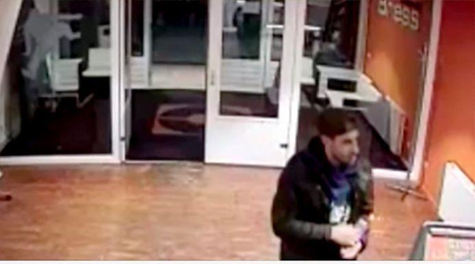 Still van video man die een vuistslag uitdeelde in een sportcentrum in Breda