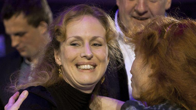 Felicitaties voor de Nederlandse schrijfster Marente de Moor (L) van haar haar moeder Margroet de Moor nadat ze de AKO Literatuurprijs 2011 heeft gewonnen met haar boek De Nederlandse maagd. © ANP Beeld