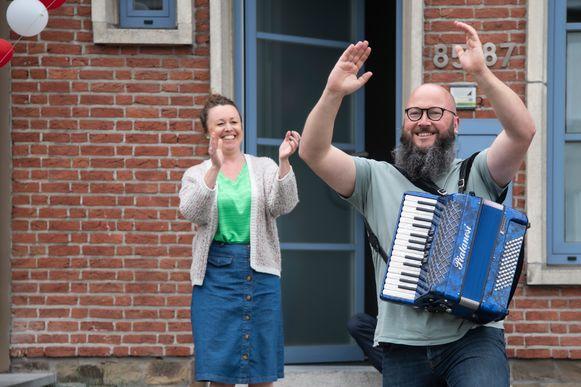 In heel wat straten, zoals de Gentsesteenweg, zongen bewoners voor hun deur.