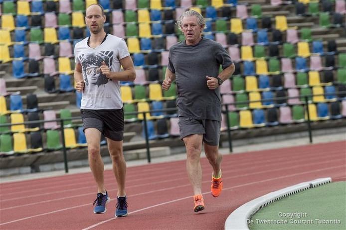 Met Lars van der Pluym als begeleider loopt Kelly Hayes (rechts) z'n rondjes op de baan van het FBK Stadion in Hengelo.