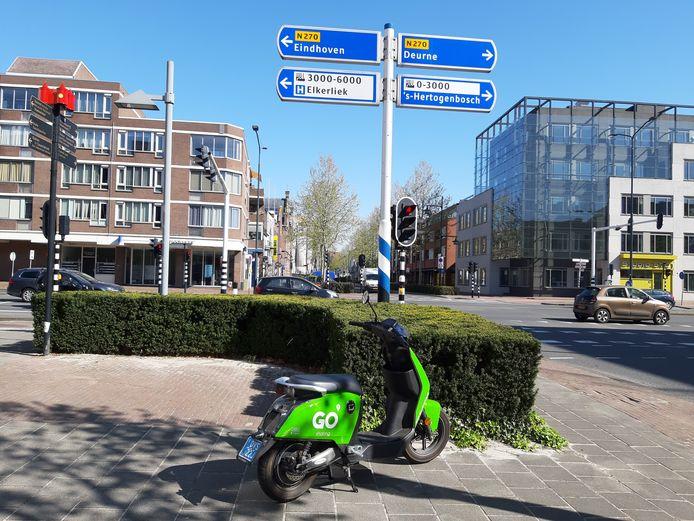 Deelscooter van Go Sharing bij de kruising Zuid-Koninginnewal en Kasteel-Traverse in Helmond.