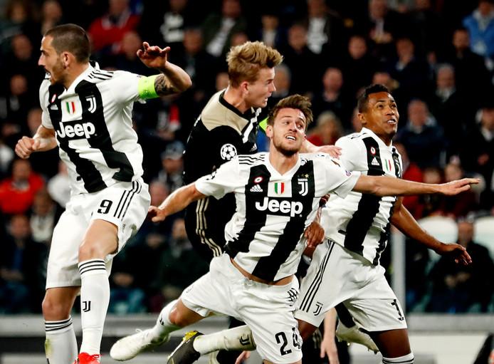 Matthijs de Ligt kopt raak tegen Juventus.