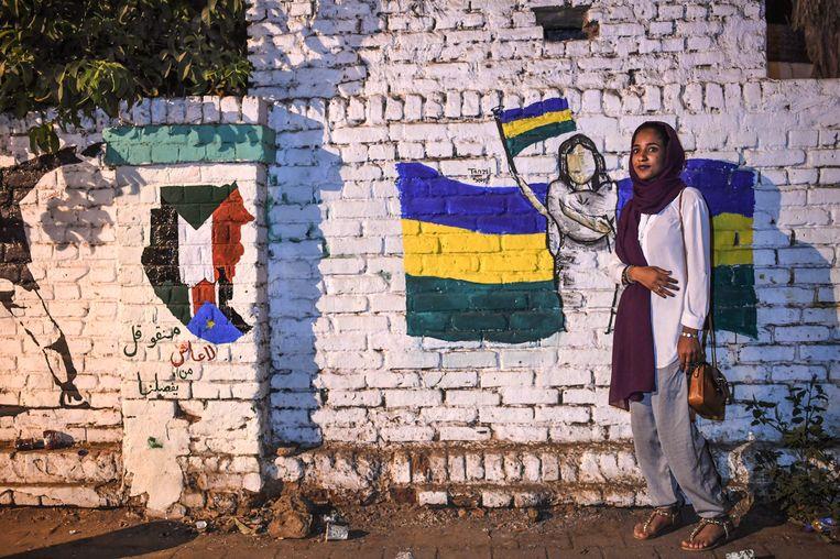 Alaa Salah poseert voor een muurschildering in de hoofdstad Khartoem. Beeld AFP