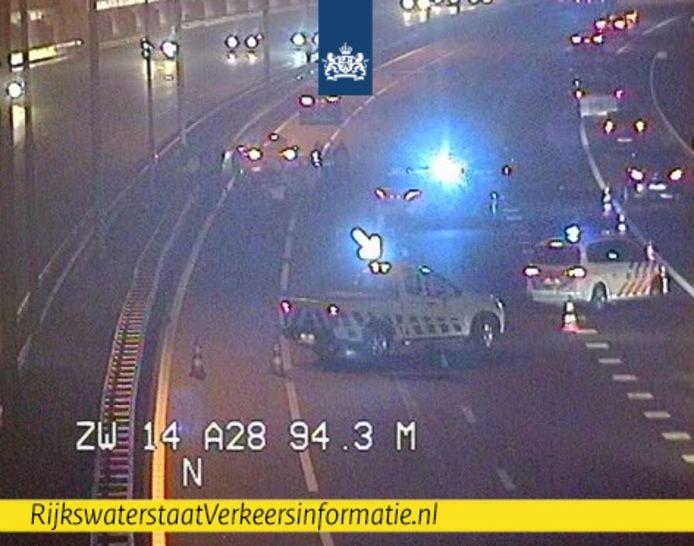 Verkeer moet op de A28 bij Zwolle over de vluchtstrook passeren.
