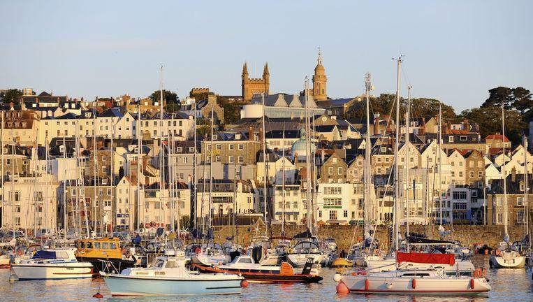 Sant Peter Port, hoofdstad van Guernsey, een populaire fiscale vluchthaven. Beeld Foto Eric Baccega