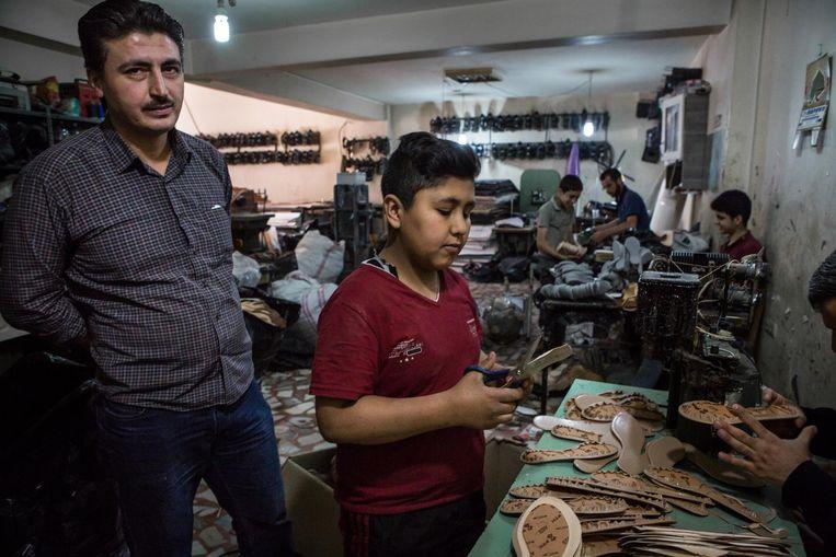 Ibrahim Ghello in zijn schoenenfabriek. Beeld Cigdem Yuksel