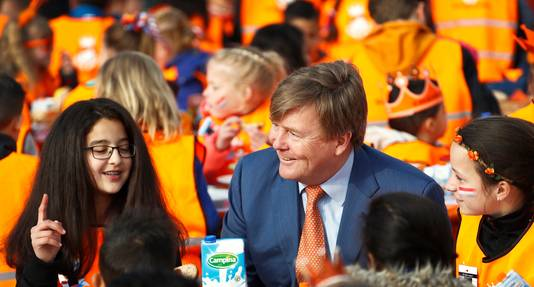 Koning Willem-Alexander bij basisschool De Vijfmaster tijdens de jaarlijkse Koningsspelen.