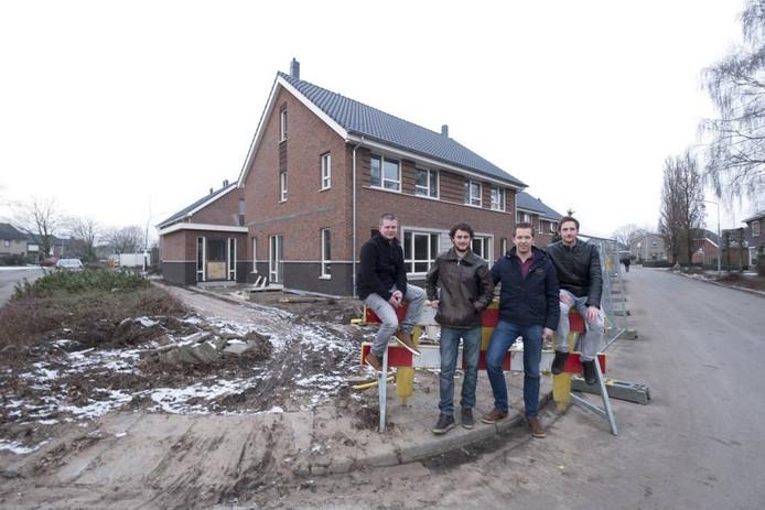 Harreveldse jongeren met achter hen de woningen. Foto: Jan van den Brink