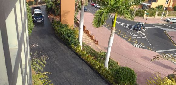 De politie staat voor de deur van het hotel op Tenerife.