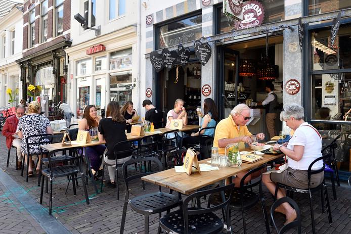 Gezelligheid op het terras van Coffee Corazon in de Krommestraat.