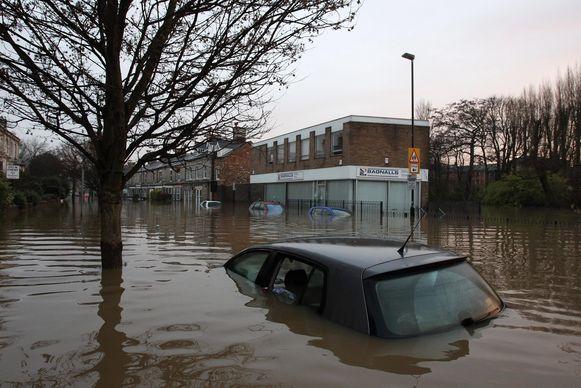 Het Verenigd Koninkrijk wordt geteisterd door overstromingen na hevige regenval.