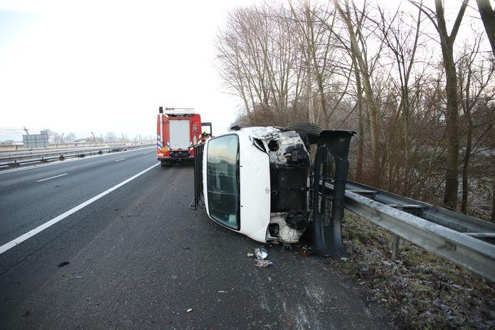 De bestelbus raakte total loss op de A15.