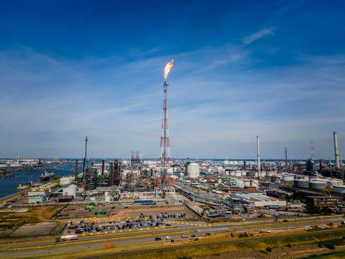 De fakkel van het havenbedrijf Total verbandt overtollige gassen.