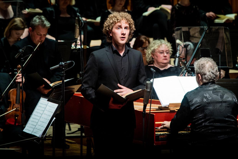 Tenor Gwilym Bowen als Petrus tijdens de historische uitvoering van Händels 'Brockes-Passion', 300 jaar na de première, door de Academy of Ancient Music onder leiding van Richard Egarr (hier achter het klavecimbel).