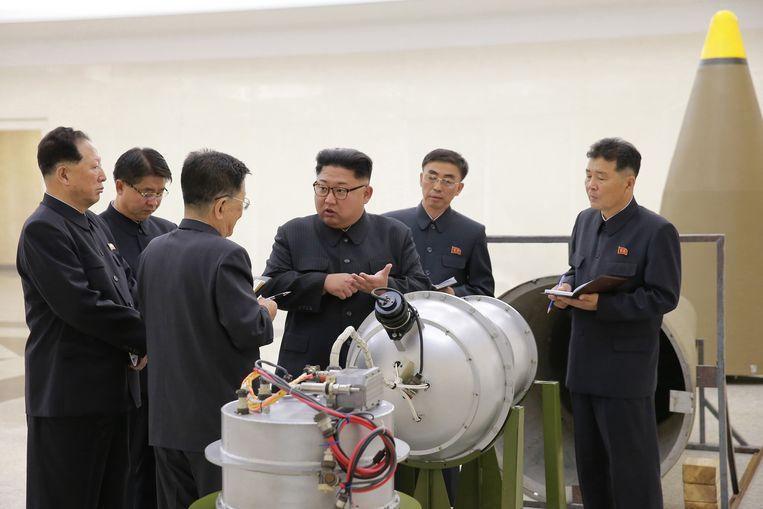 De Noord-Koreaanse leider Kim Jong-un inspecteert de waterstofbom.