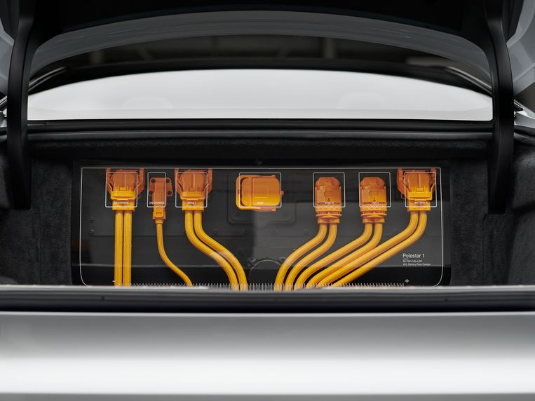 In de kofferbak is een complete stekkerdoos zichtbaar van het elektrische systeem. Beetje zoals je bij sommige Ferrari's de V12 achterin kunt zien liggen, maar dan meer anno 2020. Beeld Polestar